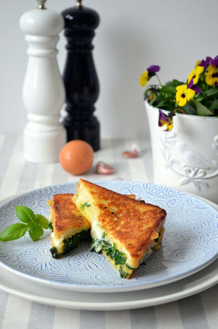kuchenny bałagan: Tosty francuskie ze szpinakiem i mozzarellą
