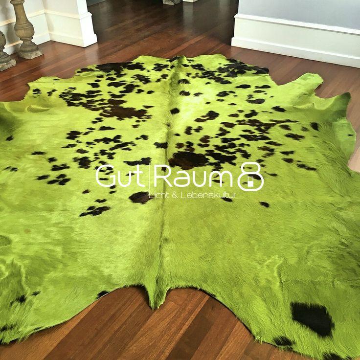 Kuhfell Teppich ca. 5 m² eingefärbt in apfelgrün. Die Kuhflecken sind noch sichtbar