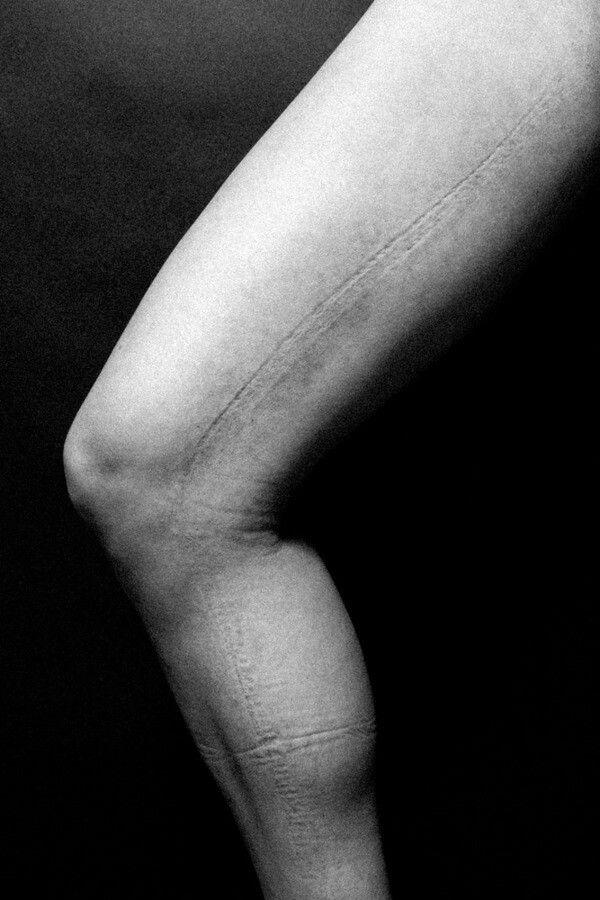 """I segni sul corpo delle donne La moda, le regole sociali, il voler fare buona impressione lasciano una traccia, a volte profonda Il fotografo americano Justin Bartels ne ha tratto ispirazione per una serie """"Impression"""", concentrata sui segni che i vestiti troppo stretti, necessari per adeguarsi agli stili della moda, lasciano sulla pelle delle donne. Sono laccetti, cinture, sostegni. """"Perché le donne scelgono queste tenute così scomode?"""" si è chiesto. """"Avevo notato il senso di sollievo…"""