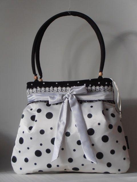 Fehér-fekete szatén nõi táska masnival, csipkével díszítve