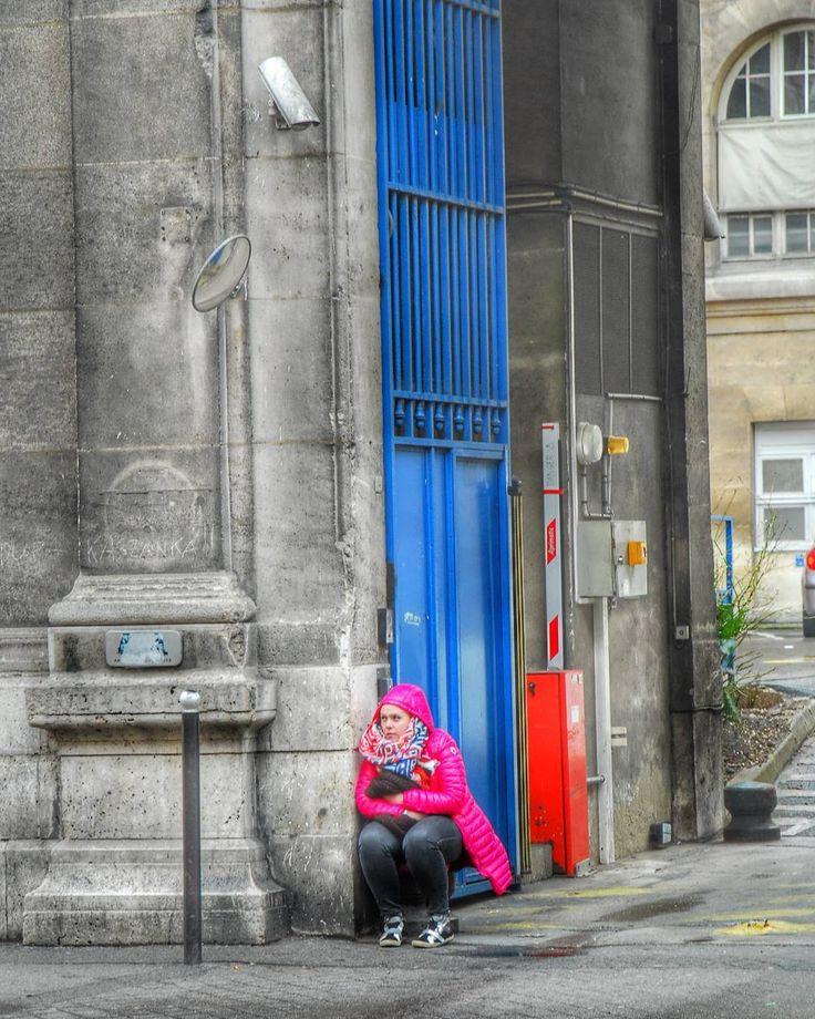 Anche i giorni più grigi possono riservare bellissime macchie di colore accovacciate dietro l'angolo! E io ci sono per prenderle :) #shot #paris #parigi #urban #travel #street #murales #artigianato #instalike #instalife #streetart #l4l #like4like #likeforlike #colori #colors
