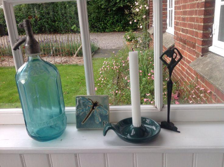 Fransk sifonflaske, græsk gudinde, dansk kammerstage og dejlig flise fra Helle Nørby. Dejligt mix, synes jeg:)