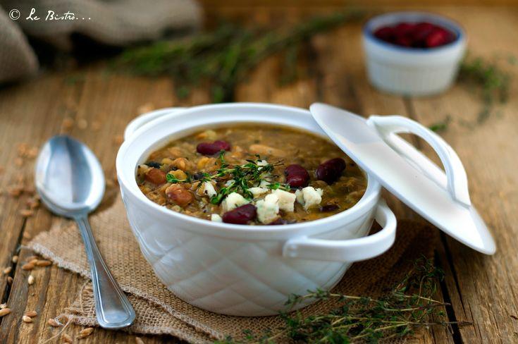 La Zuppa di farro con legumi e gorgonzola è un perfetto confort food davvero goloso e buonissimo. Ideale nei giorni freddi e grigi. Buonissimo.