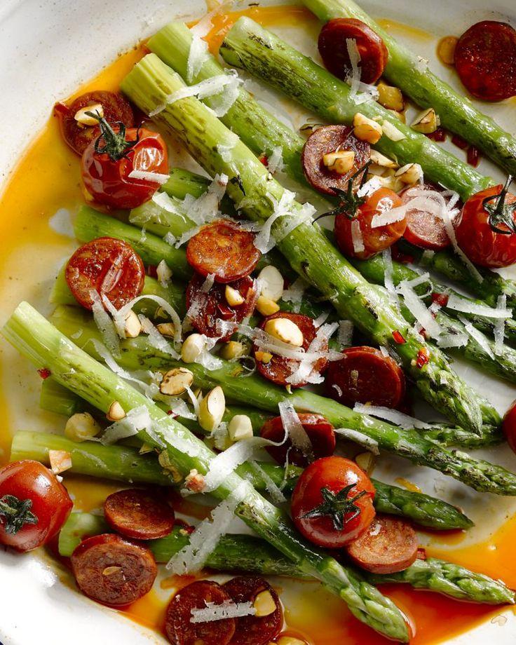 Een heerlijk Spaans gerecht met groene asperges, kerstomaatjes, chorizo, amandelen en manchego. Kan als tapa op tafel gezet worden of als een volledig gerecht.