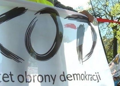 Dziś Sąd Okręgowy w Krakowie skazał Konrada M., kapelmistrza Komitetu Obrony Demokracji, na 6,5 roku więzienia za kierowanie grupą przestępczą zajmującą się handlem kobietami. W sprawie oskarżonych było 15 osób.