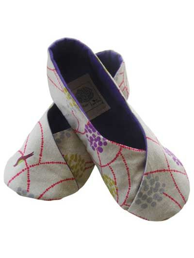 You won't be able to make just one pair!    Perfect for everything from dresses to sweatpants, these shoes can be made quickly in all of your favorite fabrics. Includes step-by-step detailed instructions with over 30 photos and a well organized table...