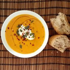 Βελουτε σούπα καρότου  ΥΛΙΚΑ: 1 μεγάλο κρεμμύδι 1 μεσαία πατάτα 700γρ. καρότα (7-8 μεσαία καρότα) 4 κ.σ. ελαιόλαδο 1 κ.γ. καστανή ζάχαρη 1/2 κ.γ. φ...