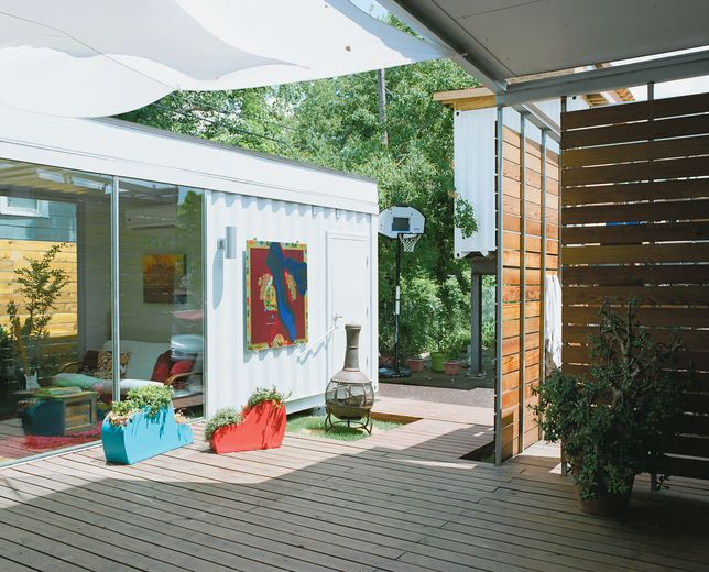 A container house doesn 39 t stop at the door it has a deck arquitectura pinterest - Bithcin shipping container house ii ...
