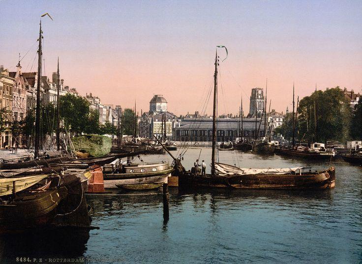 Roterdam 1898 (en toch al in kleur): De Vismarkt, vanaf de Maas gezien richting Laurenskerk | Deze foto is gemaakt door middel van de zogeheten Photochrom techniek. Dit is een druktechniek waarbij een kleurenafdruk wordt gemaakt van het negatief van een zwart-wit foto. Het geeft meteen een heel ander beeld van de stad die wij nu als moderne havenstad kennen.
