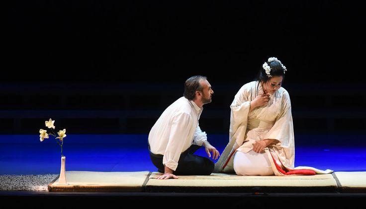Atto I, Angelo Villari (Pinkerton), Yasko Sato (Cio-Cio-San) (foto di Roberto Ricci)