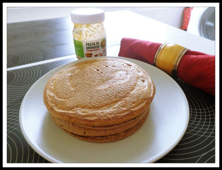 Ingredientes: 3 ovos; 10g flocos de aveia triturados; 15 g proteinaWhey (opcional); (poderá ser substituida por outra base de proteina: quark, farinha linhaça) 10g cacau magro em pó; canela. Prepa...