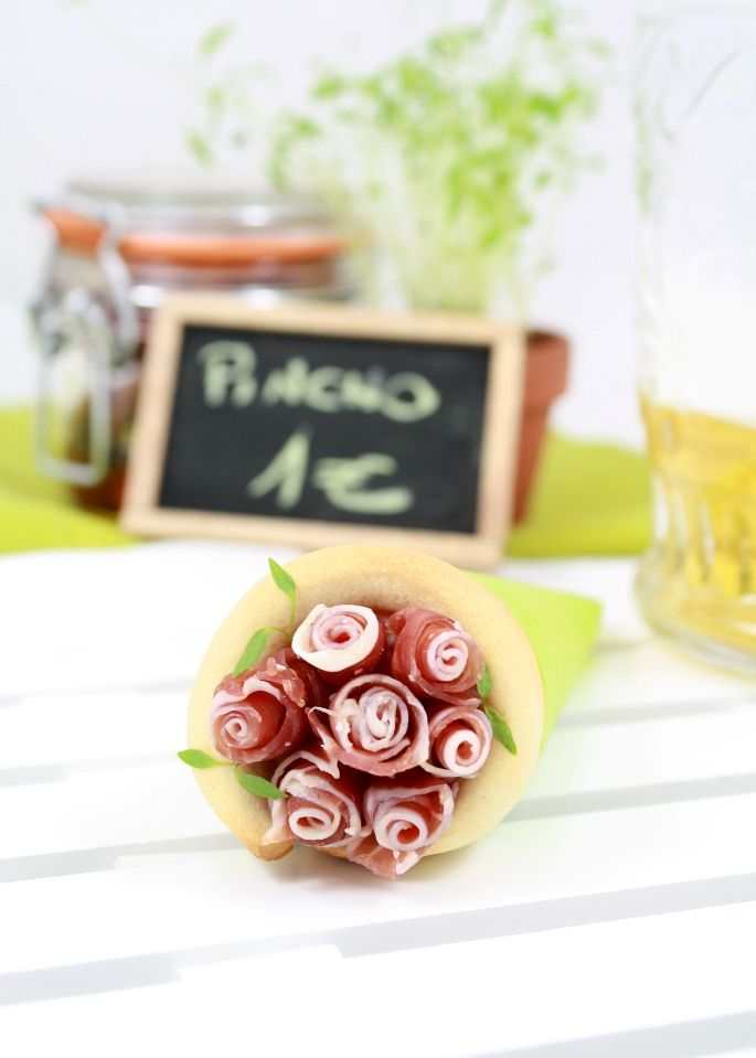 Pizza cones - great for a party This web site is awesome and beautifully presented.