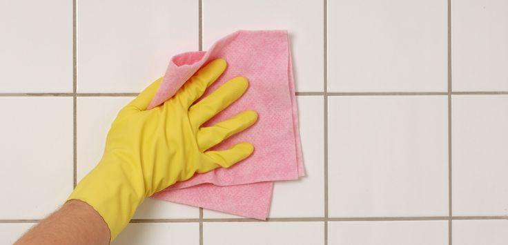 Kategorie: Bad Küche  Du brauchst: 1 Päckchen Backpulver 1-3 TL Wasser 1 TL Essig 1 Zahnbürste  Und so geht's: Verschmutzte oder verschimmelte Fliesenfugen kannst du mit einer alten Zahnbürste gut reinigen. Hierzu...