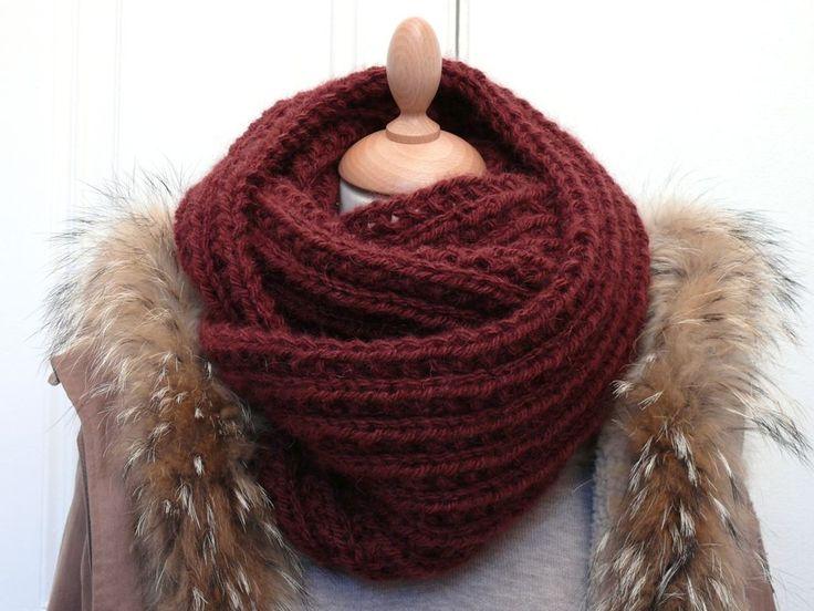 Cette écharpe en forme d'anneau que l'on enroule une ou plusieurs fois autour du cou, est devenue en quelques mois l'accessoire...