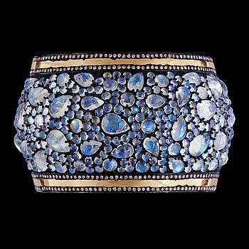 ARMRING, månstenar, tot. 144 ct, med briljantslipade diamanter, tot. ca 4.50 ct. - Bukowskis