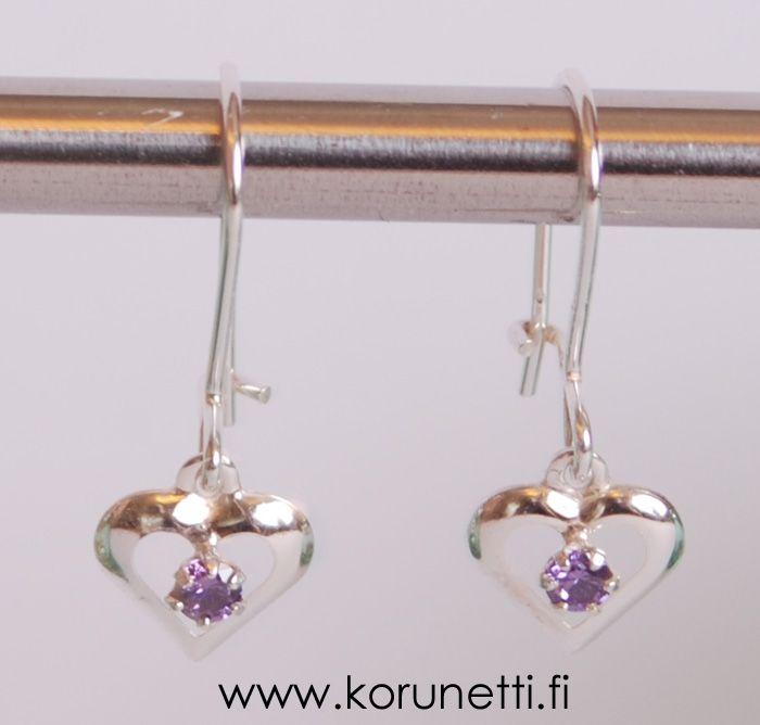 Hopeiset violetit sydänkorvakorut, roikkuvat. 15,20€