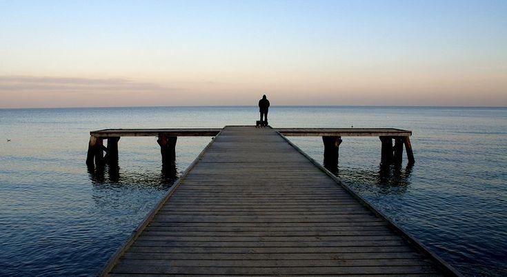 Klage nicht zu sehr über einen kleinen Schmerz; das Schicksal könnte ihn durch einen größeren heilen! - Zitat von Friedrich Hebbel
