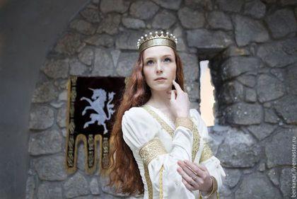 Купить или заказать Свадебное средневековое бархатное платье 'Посвящение в рыцари' в интернет-магазине на Ярмарке Мастеров. .Мы постарались точно воспроизвести покрой платья Королевы с картины Эдмунда Лейтона 'Посвящение в рыцари'. Это гармоничное соединение классического силуэта позднего средневековья - узкий лиф, заниженная линия талии и длинная широкая юбка драпирующаяся рельефными складами, - с элементами ренессансного костюма - пышные рукавчики и богатое шитье на подоле.