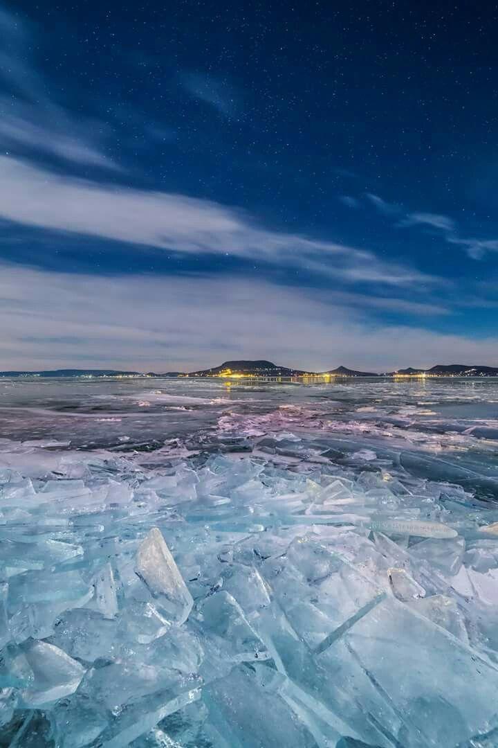 """Jégbe zárt Badacsony 2017.01.07. - """"Jeges"""" expedíciónk alkalmával Fonyódon ért minket a megpróbáltatás. A szélhűtés miatt -25°C-nak érződött az amúgy -15°C-os hőmérséklet. Az északi szél miatt érkező jégtáblák feltorlódtak, furcsa, jeges világot adva a Balatonnak. Jeges, hideg, de a holdfény miatt rendkívül látványos volt. Mostanság már behavazódtak a Balaton jégtáblái, így egy kicsit más lehet a látvány."""