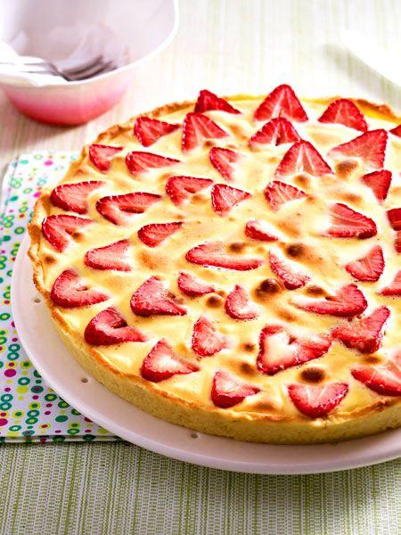 Unten knuspriger Mürbeteig, obendrauf Erdbeeren, Rhabarber und ein köstlicher Zabaione-Guss. Ein Kuchen-Traum!