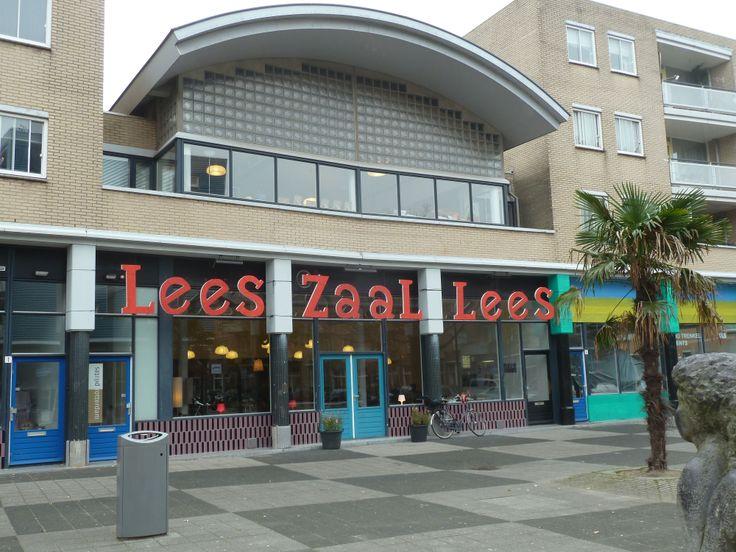 Leeszaal Rotterdam West | Met het sluiten van de wijkbibliotheken, verdwijnt een belangrijke publieke voorziening. Een plek waar je boeken leent, informatie opzoekt, studeert of even de krant leest. En een plek waar je mensen uit de buurt ontmoet. In Rotterdam-West starten bewoners en ondernemers deze voorziening op een nieuwe manier een plek in de wijk geven. Met behulp van talloze vrijwilligers startten wij een leeszaal nieuwe stijl. http://www.leeszaalrotterdamwest.nl/over-de-leeszaal/