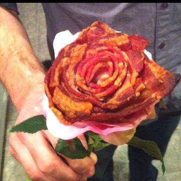 Мужская еда - оригинальная закуска Роза  Мужская еда - сытная, пикантная... а у нас будет еще и праздничная! Оригинальная закуска Роза не только насытит любого мужчину, но удивит и порадует!  Наверное, самая романтическая закуска на 23 февраля! - И это так легко и просто! Так что непременно порадуйте своих мужчин!  Если они не грохнутся в обморок, то улыбнутся, это точно! А что нам еще надо?..