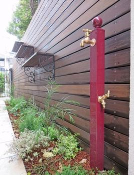 クローズドエクステリア施工事例 / 乱形石、ウッドフェンス、賃貸併用住宅 エクステリア デザイン、外構 デザイン、飾り棚 デザイン