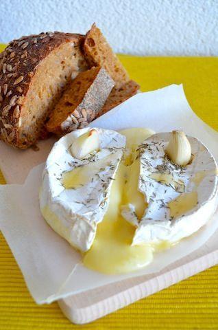 Camembert met knoflook, tijm en olie. 10 min. op 200 in de oven: heerlijk!