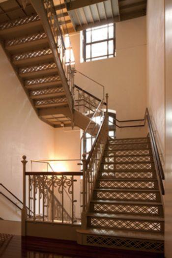 装飾の細かい階段は、外からの光を取りいれるためにこのようなデザインになったそうです。昔ならではの知恵が現れた形が美しく、新鮮に感じますね。