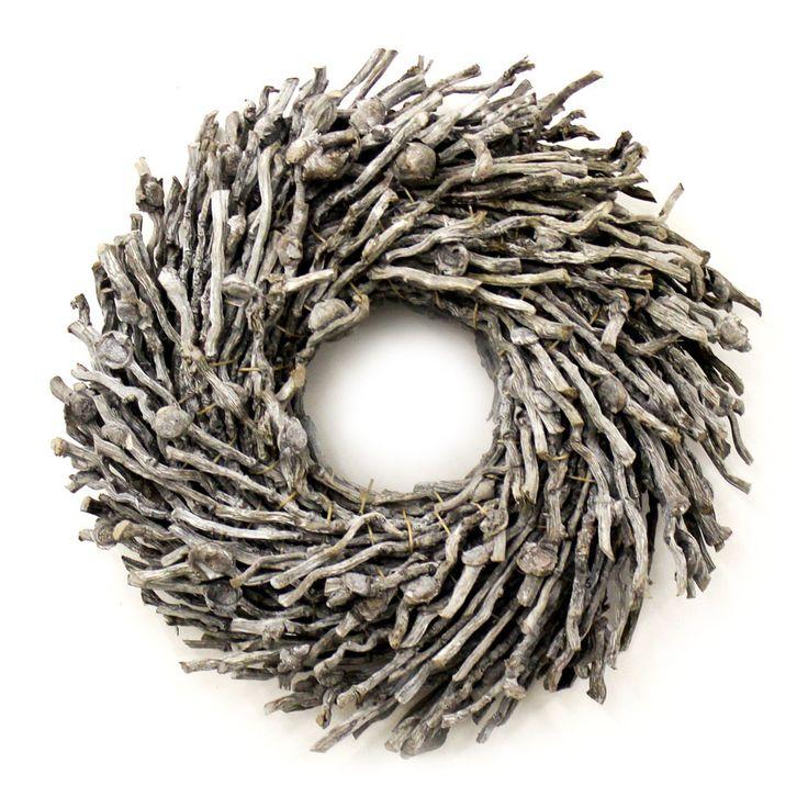 Stoere krans gemaakt van natuurlijke houten takjes met een robuuste uitstraling.  Deze grijze krans is verkrijgbaar in diverse afmetingen. Kransen gemaakt van natuurlijke materialen. woonaccessoires of muurdecoratie.  Woonkamer inspiratie en Interieur ideeën