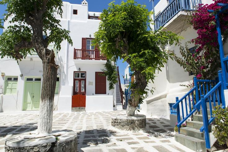 Alana || Centrally located in the charming main town of Mykonos, Alana offers Cycladic-style accommodation within 200 metres from the famous windmills and Little Venice. Mykonos Airport is only 2 km away.
