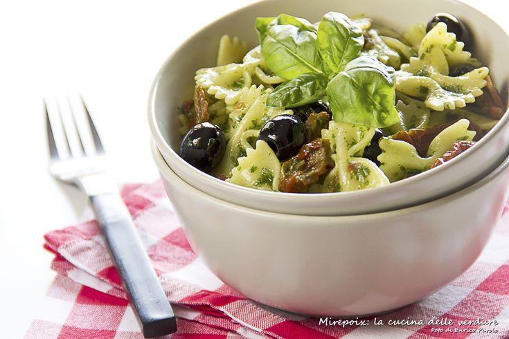 L'insalata di pasta saporita è un primo piatto ideale per la stagione estiva del gusto intenso e deciso.