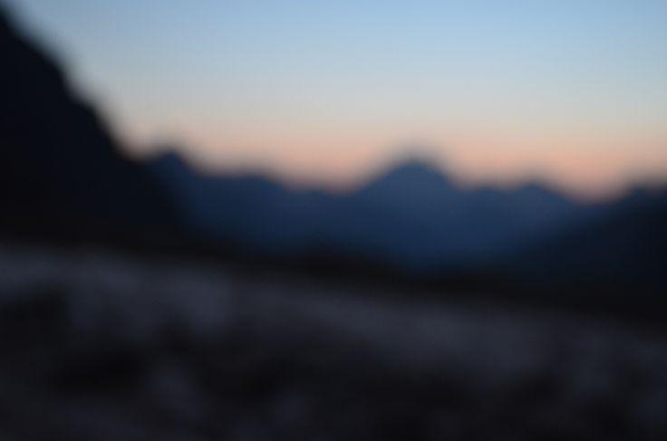 Вот так в горах видит окружающую красоту близорукий человек. Безумно красивые оттенки, общее очертание объектов, но никакой чёткости! В нашей команде разные предпочтения и скоро мы о них расскажем.  А что вы предпочитаете для походов и горных выходов: очки, линзы или идти без них? У кого какой опыт?  С уважением к приключениям, команда hikeup.net