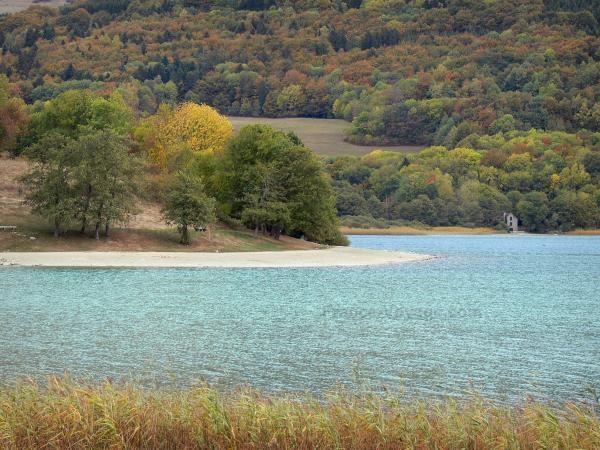 Les lacs de Laffrey (Isère) Situés dans le massif du Taillefer, au sud de Vizille, en bordure de la route Napoléon, les quatre lacs de Laffrey, que sont le lac de Petichet, le lac de Pierre-Châtel, le lac Mort et le grand lac de Laffrey, sont une invitation à la détente et à la promenade. Propice au farniente et à la pratique d'activités comme la baignade.
