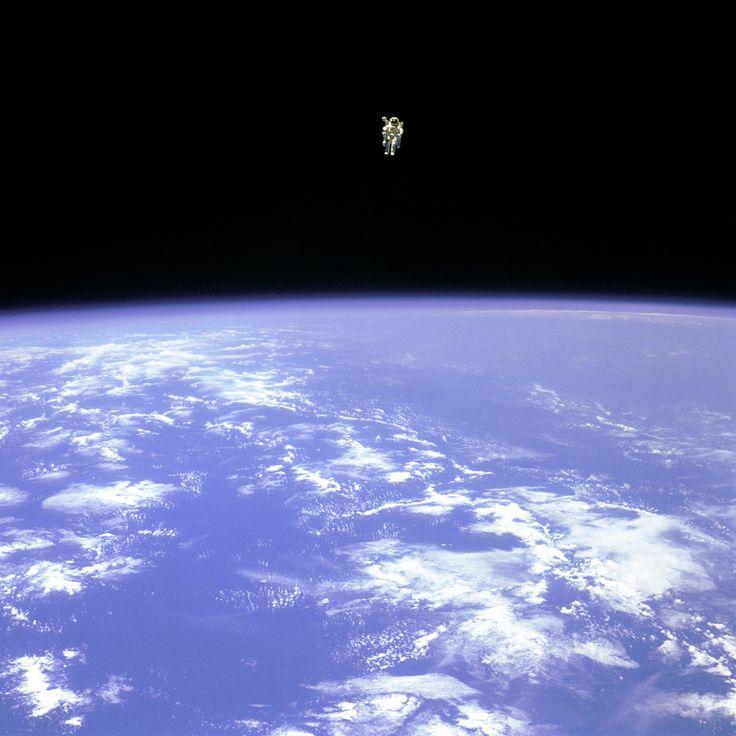 Bruce McCandless est l'être humain a s'être le plus éloigné d'un vaisseau spatial sans y être relié, sur cette photo il flotte dans l'espace à plus de 100m de la navette Challenger.