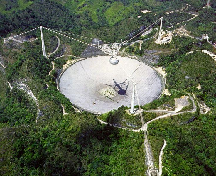 Um grupo internacional de astrônomos encontrou uma série repetitiva de estranhas transmissões de rádio provenientes das profundezas do cosmos. Eles não sabem o que pode estar gerando o fenômeno, mas uma coisa é certa: pelo menos nesse caso não se trata de um evento cataclísmico, que acontece uma vez só, como a explosão de uma estrela em supernova ou o nascimento de um buraco negro. É algo que se repete…