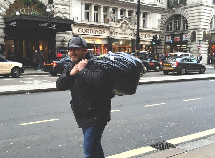 A może Paweł? Tylko dlaczego z wielkim czarnym worem na śmieci i w czapce Sherlocka Holmesa? Tak to już jest, że u Mereczów wszystko może się wydarzyć. Trochę daliśmy ciała, ale Londyn zupełnie nas nie zawiódł. Tym razem Londyn przemierzaliśmy śladami bohaterów literackich, którzy akurat wtedy skradli nasze serca. Malinka właśnie pokochała Misia Paddingtona, Tosia w szkole omawiała Charliego... Read more »