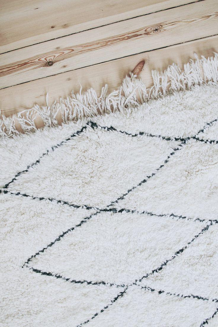 Beni Ourain rugstraditionally hand-woven by the Beni Ourain tribes in the Moroccan Atlas Mountains. Typical design is dichromatic and geometric. Das Herzstück unseres Wohnzimmer, womit für mich ein kleiner Interior-Traum in Erfüllung ging, ist unser original Beni Ourain Teppich. Ich freue mich schon jetzt euch das Gesamtbild zu zeigen, aber vorerst möchte ich euch kurz …