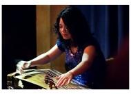 23.05.2012 19:00 Uhr     Kultur in der Woche der Wahrnehmung    Xu Fengxia: Musik aus China    Xu Fengxia ist eine international erfolgreiche Musikerin, die als Erste traditionelle chinesische Musik mit Jazz oder Improvisation verband. Sie begann schon mit 7 Jahren das Spiel auf chinesischen Zupfinstrumenten. Sie besuchte dann die Mittelschule des Shanghaier Konservatoriums und anschließend die Musikhochschule.