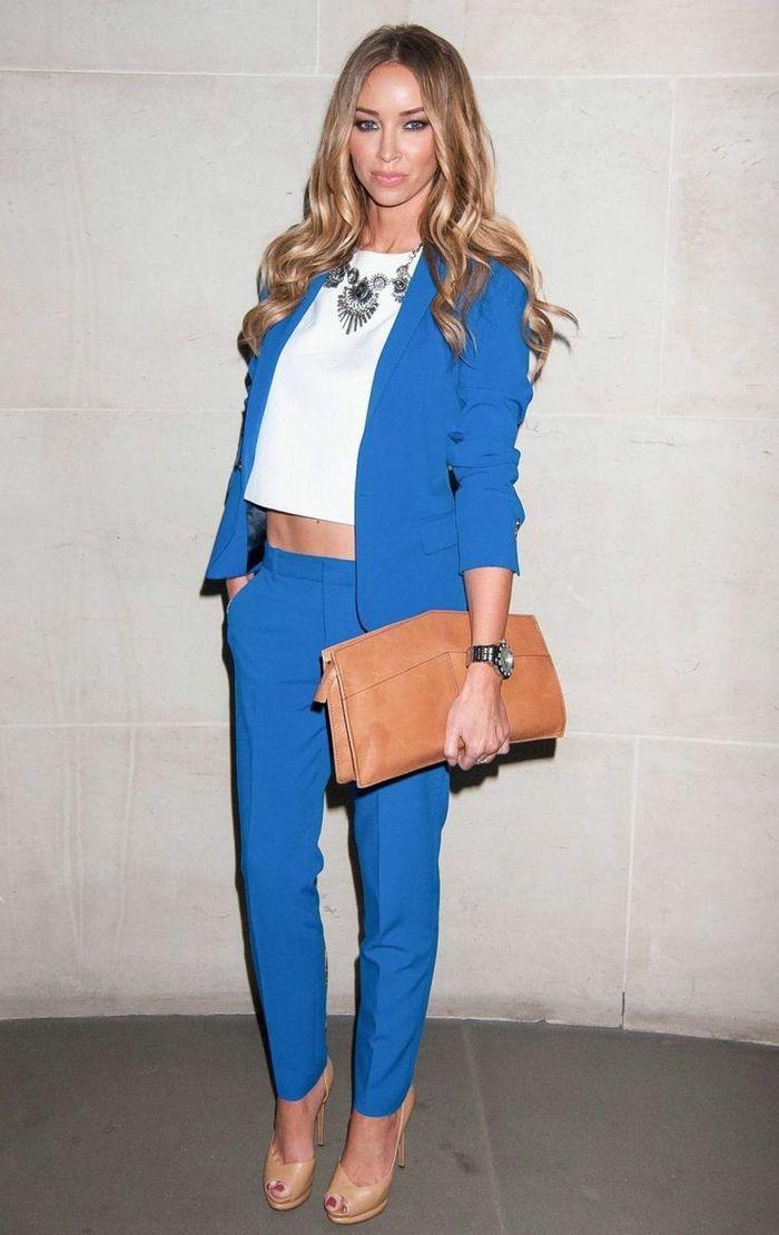 86c5b950835 tenue-classe-femme -comment-porter-le-tailleur-pantalon-et-blazer-bleu-top-crop-chaussures-à-talon-haut-pochette-cuir-couleur-camel