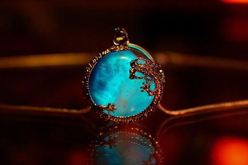 Designer cria joias fluorescentes que brilham no escuro | Virgula