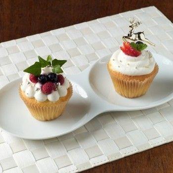 シンプルなカップケーキも、生クリームを絞ってお洒落に飾り付ければ一人用の小さなクリスマスケーキに。ひと工夫したい時は、ケーキの中身を少しくり抜いてフルーツやジャムを埋め込むとさらに違った味わいを楽しめます。