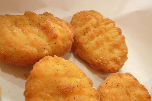 Une recette pour faire des nuggets de poulet maison, simple et rapide. Régalez vous avec des aliments peu chers et savoureux.