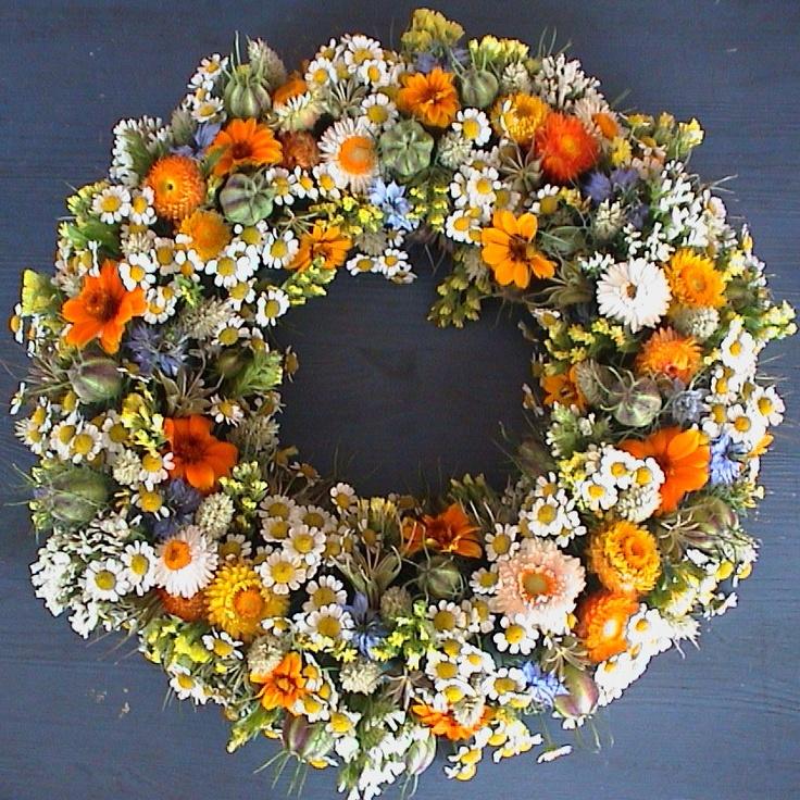 Krans gemaakt met bloemen uit de pluktuin van theetuin de www. steinsetuin.nl