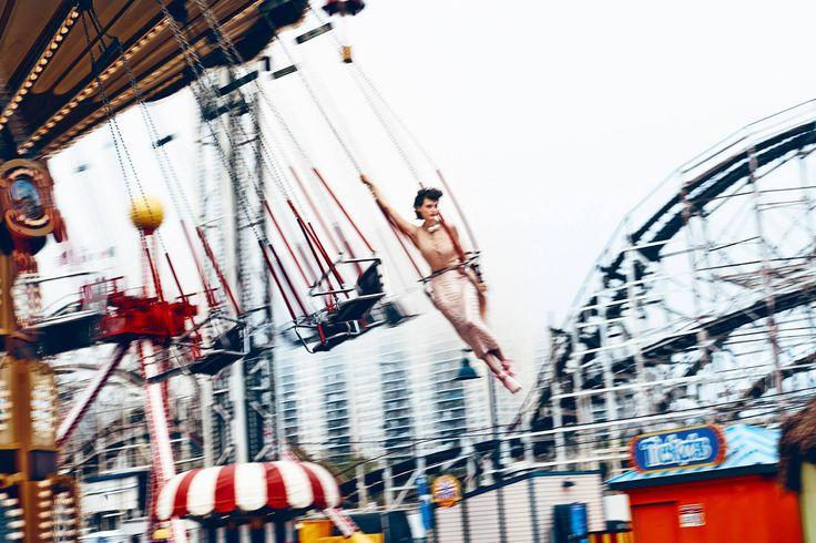 the swing carousel and the pretty sibui nazarenko for icon magazin — в Кони-Айленд.