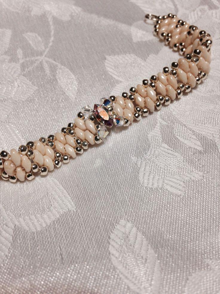 bracciale con perle  di boemia color avorio , perla centrale swarovski bianco boreale