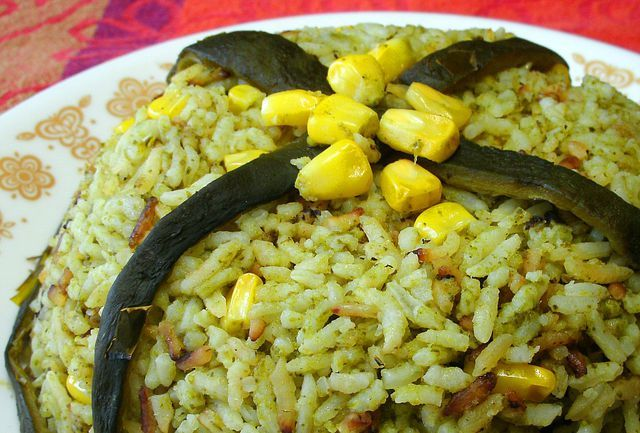 El chile poblano le presta su bello color y exquisito sabor a este arroz que acompaña deliciosamente la carne o pechuga asada. Receta mexicana casera.