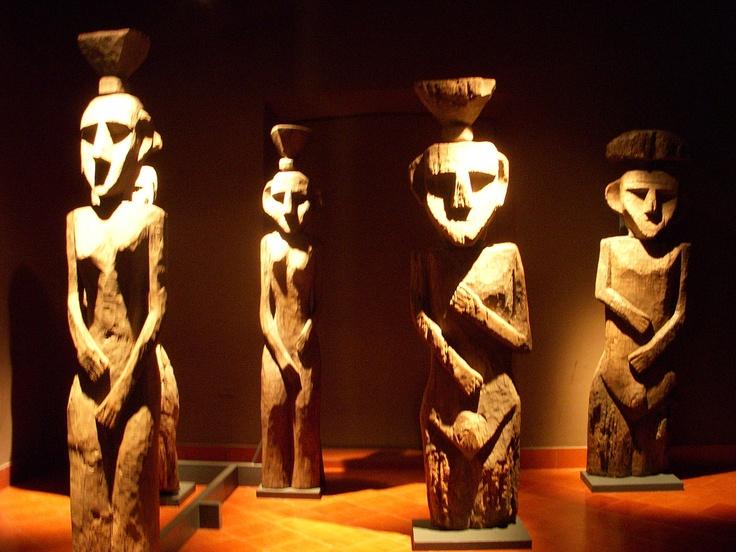 Los chemamull,eran utilizados para los ritos funerarios.De acuerdo con testimonios , los chemamull ayudaban al alma del difunto a poder llegar a su destino final, para reunirse con los antepasados. Esta escultura permanecía junto al difunto durante el velorio y luego era erigida junto o sobre el difunto.  Para la creación de un chemamull, los antiguos talladores mapuche utilizaban hachas, hachuelas o rocas. Era un trabajo arduo que se llevaba a cabo en troncos completos.