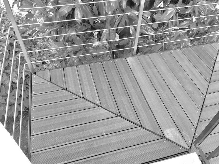 Scala esterna in ferro stile moderno con pArApetto acciaio inox e pavimento in deck pvc legno ardesia