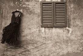 E le apparenze non vanno più di moda, come le spalline imbottite sotto la giacca degli anni '80 oppure il reggiseno con le spalline trasparenti o meglio ancora, come dice una mia amica, le lunette delle unghie bianche stondate. Apparire come l'involucro scialbo e vuoto non fa più tendenza. Smettiamo di essere solo begli abiti che gironzolano per città ingrigite.  La consistenza è tutto.  La verità che una persona si porta addosso è bellezza, fascino, carisma. E' vittoria in qualsiasi…